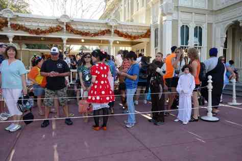 Line for Jack and Sally at 6:30 PM. Line up by 5:30 PM so you can use your actual 5 hour party time to meet other characters. This line was regularly 90 minutes+ They meet next to City Hall