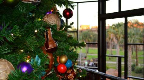 Animal Kingdom Lodge Kidani Christmas Characters and Christmas Decor (24)
