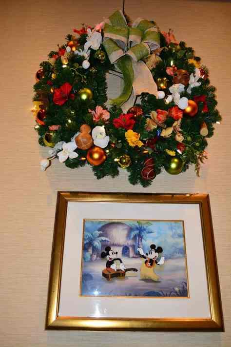 Polynesian Resort Christmas Characters and Christmas Decor (29)