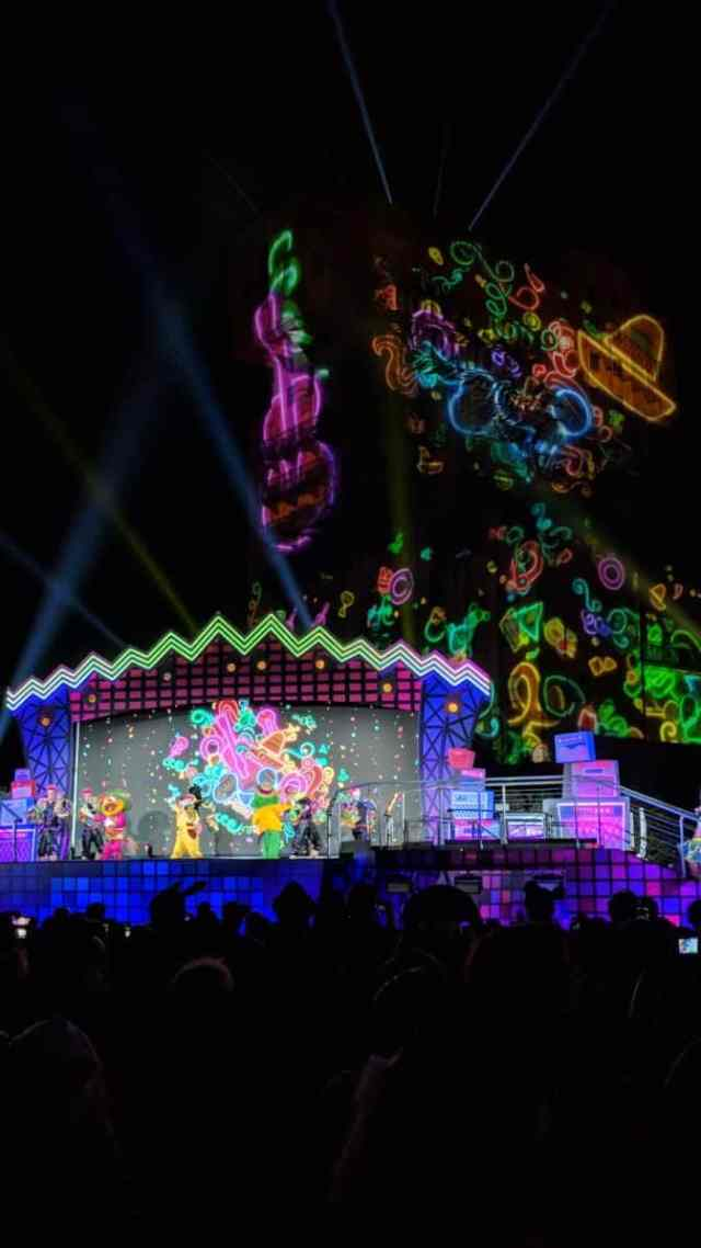 Max-Live-at-Fandaze-in-Disneyland-Paris-2018