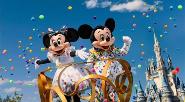 Mickey and Minnie will get new costumes for Move It! Shake It! MousekeDance It! Street Party