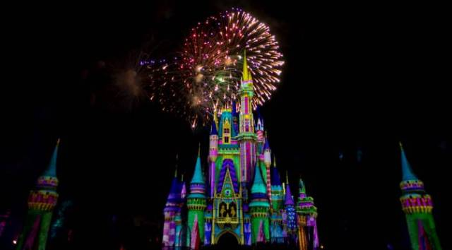 Minnie's Wonderful Christmastime Fireworks 4