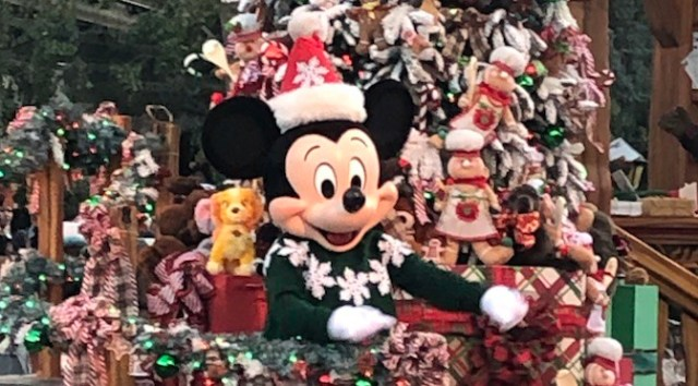 7 Reasons Why Disneyland is a Must for the Holidays