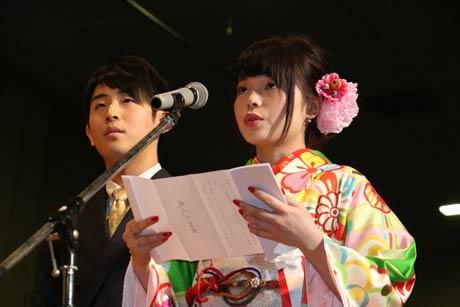成人のことばを述べる石田さん(右)と西條さん