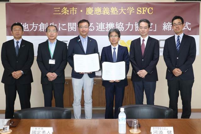 左からNPOソーシャルファームさんじょうの柴山理事長、若山副市長、国定市長、河添学部長、玉村教授、松橋上席所員