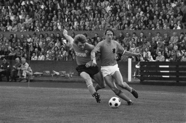 Johan-Cruijff-en-action-pendant-le-jeu-d'Orange-contre-HSV-1974