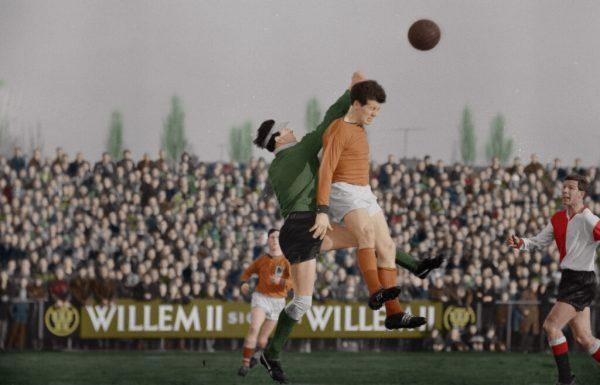 Volendammer-Johan-Pelk-in-duel-met-Eddy-Pieters-Graafland-Rechts-kijkt-Hans-Kraaij-sr-toe-Feyenoord-zou-met-0-3-winnen-1963