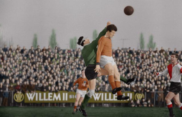 Volendammer-Johan-Pelk-im-Duell-mit-Eddy-Pieters-Graafland-Rechts-Beobachtung-Hans-Kraaij-sr-Feyenoord-würde-0-3-1963 gewinnen