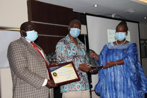 Makueni Governor Kivutha kibwana receiving the Covid-19 Recognition Award on October 16, 2020