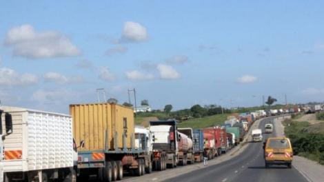 Traffic jam along the Mombasa, Mariakani road.