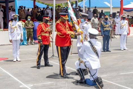 Uhuru presents the Presidential color to Lieutenant Nordin Juma the Parade Color Officer in Manda Bay, Lamu County on Thursday, September 23.