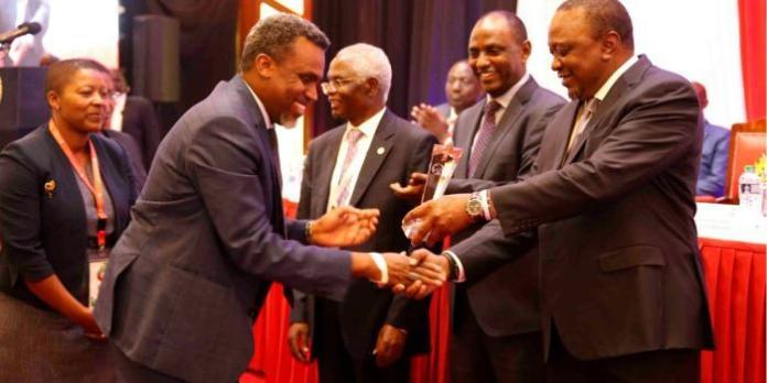 President Uhuru Kenyatta (right) presents the Distinguished Taxpayers Award to DPP Noordin Haji during the 16th annual taxpayers luncheon held on Tuesday, November 5, 2019, at Safari Park Hotel.