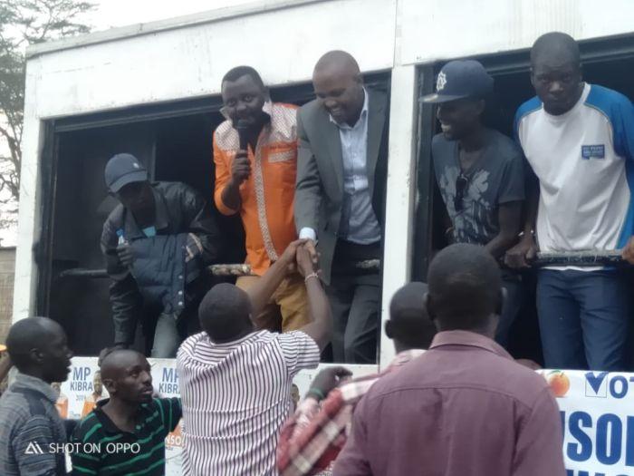 Kuria and Musungu greet the crowds in Kibra