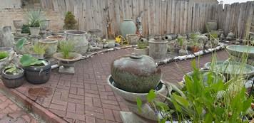 Pflanzgefäße, Brunnen und Amphoren mit aufwendiger antiker Glasur - frostfest.