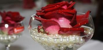 Schlicht und romantisch ist die Rose im Glas.