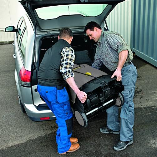 załadunek myjki do bagażnika samochodu