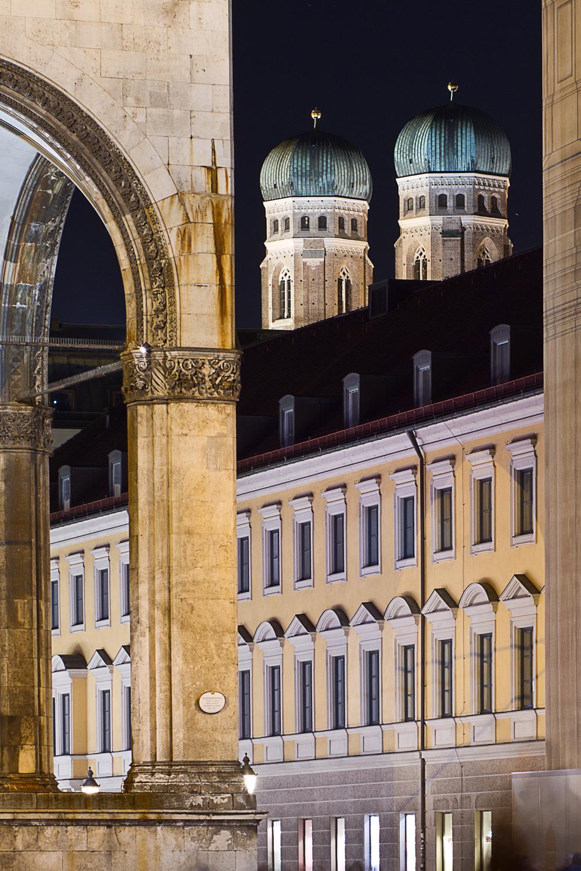 Blick vom Odeonsplatz über Feldherrnhalle zu den Türmen der Frauenkirche - Nachtfotografie