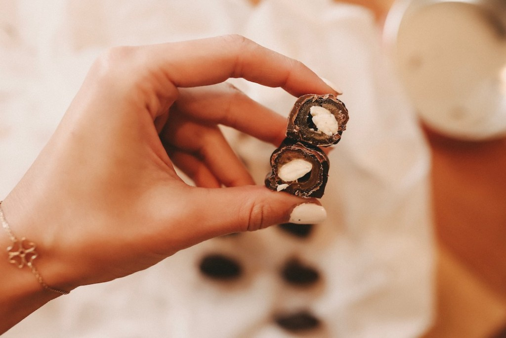 Schokolade. Nüsse. Saftige Datteln und 10 Minuten Zeit. Mehr braucht es nicht für einen himmlischen gesunden Snack am Nachmittag.