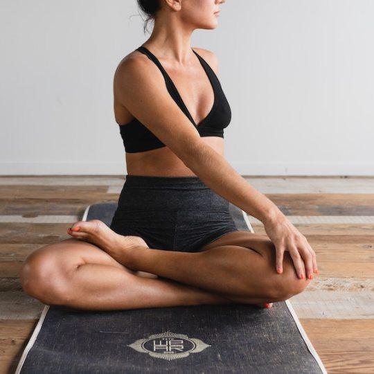 In diesem Beitrag erfährst du, was du für einen starken Beckenboden machen kannst und erhälst 2 gratis Workouts für dein Beckenbodentraining.