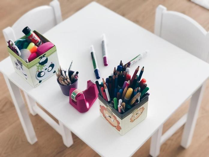 How To_Ikea Hack_Kindertisch_Chaos am Tisch vorher