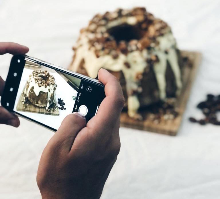 Weißer Schokogugelhupf mit Mandelkrokant