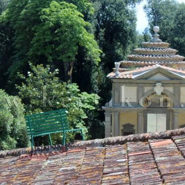 Parco di Celle: a barokk Villa Celle épületén elhelyezett kerti pad talán éppen a hegedűsnek...