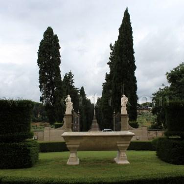 Villa La Pietra: fogadótér és a bevezető utat kísérő ciprus fasor