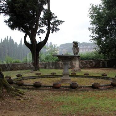 Villa La Pietra - a hajdani kert egyes részei az időközbeni kertépítészeti áttervezések során tájképi kert stílus jegyeit öltötte magára