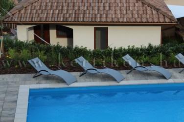 Kültéri medence napozótér