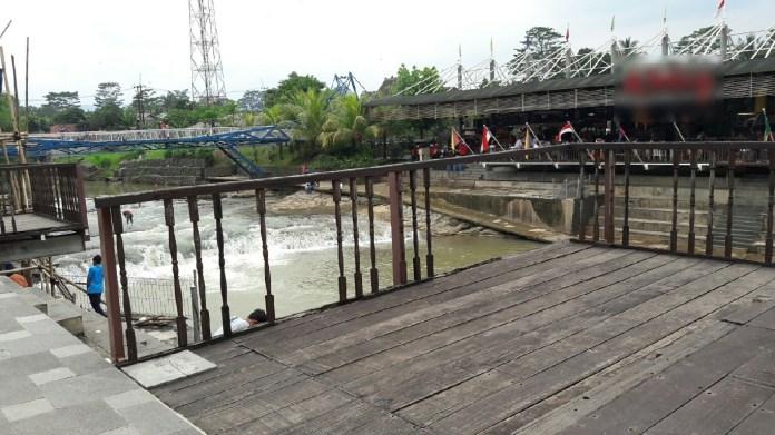 Tampilan lebih jelas mengenai rusaknya pagar pembatas dek diatas sungai.