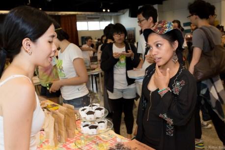 參與者琢磨著該買什麼 (Peilin Hsu 攝影)