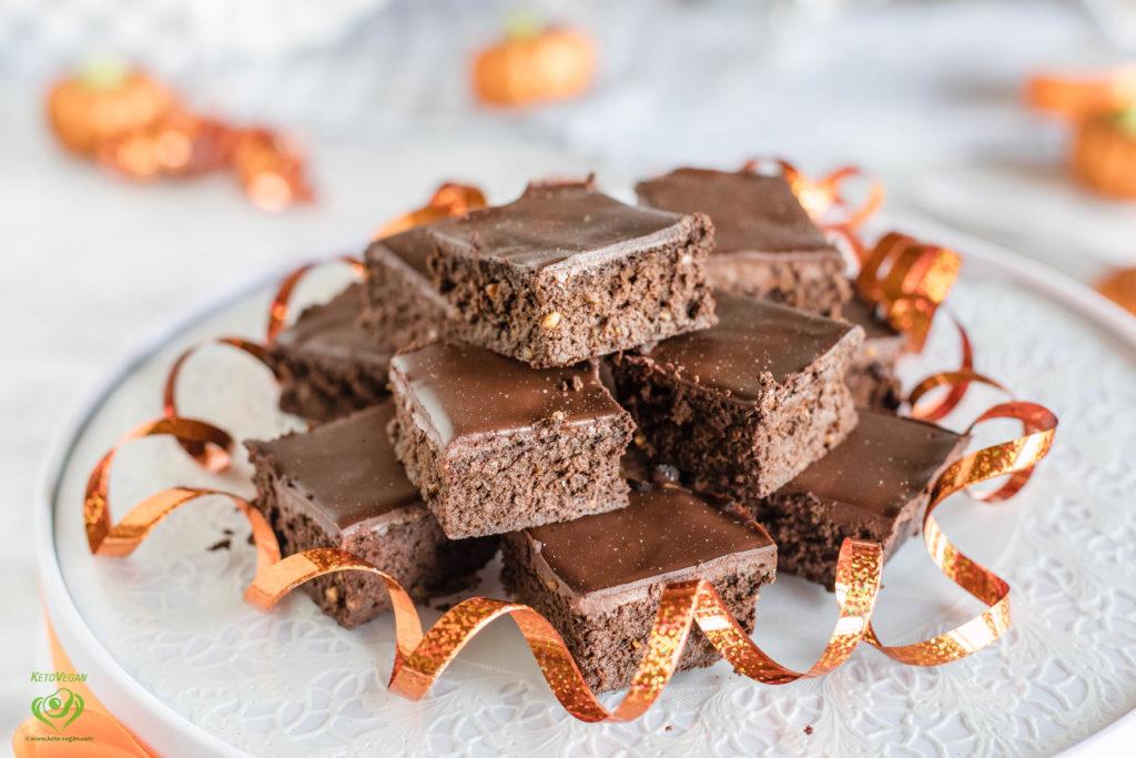 4-Ingredient Pumpkin Peanut Butter Fudge Brownies with 2-Ingredient Frosting | keto-vegan.com