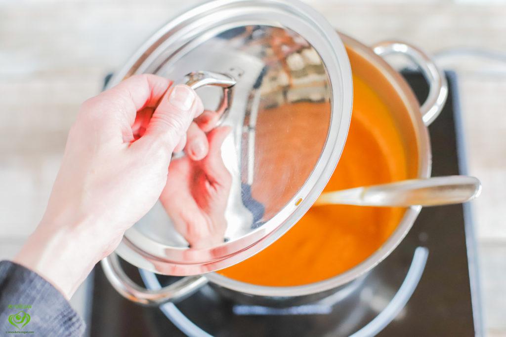Covering the saucepan | www.keto-vegan.com