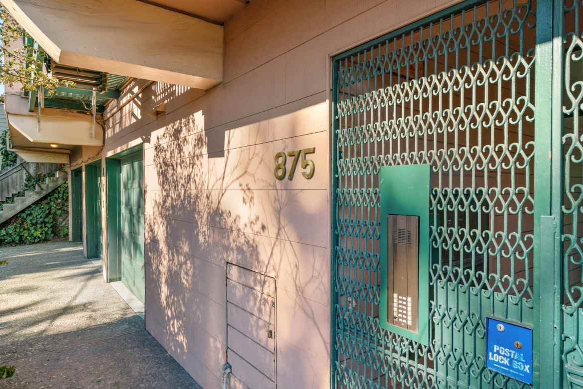 875 Vermont - The Entry