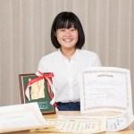 英語弁論大会での様々な賞を手にする中学生の女の子