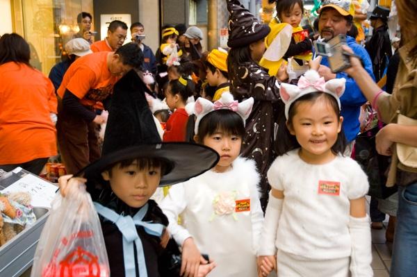 高松のハロウィーンイベントで猫と魔法使いに仮装した子どもたち