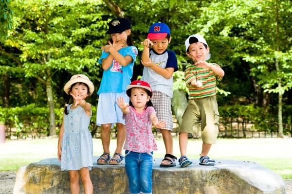 English conversation school summer camp students at the park. 公園で英会話教室のサマースクール参加の生徒たち