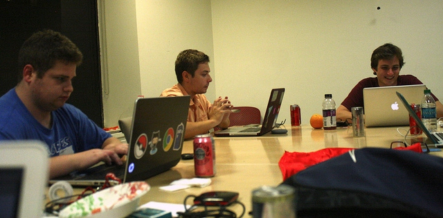 emprendedores trabajando - evaluar una startup