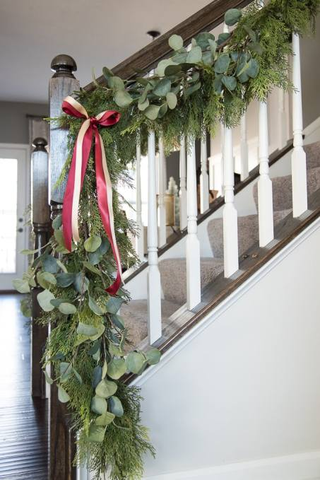It's a Wonderful House Christmas Home Tour. A modern classic Christmas living room tour. A Beautiful Christmas tree and gorgeous garland deck out this space for the holiday season.