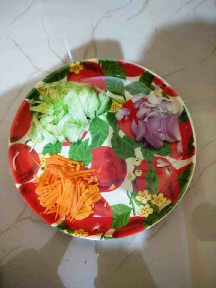 Sliced cucumber, carrot and onions Saladas