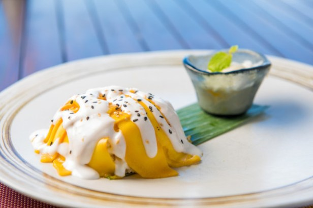 jumeirah-vittaveli-mu-beach-bar-_-grill-mango-sticky-rice