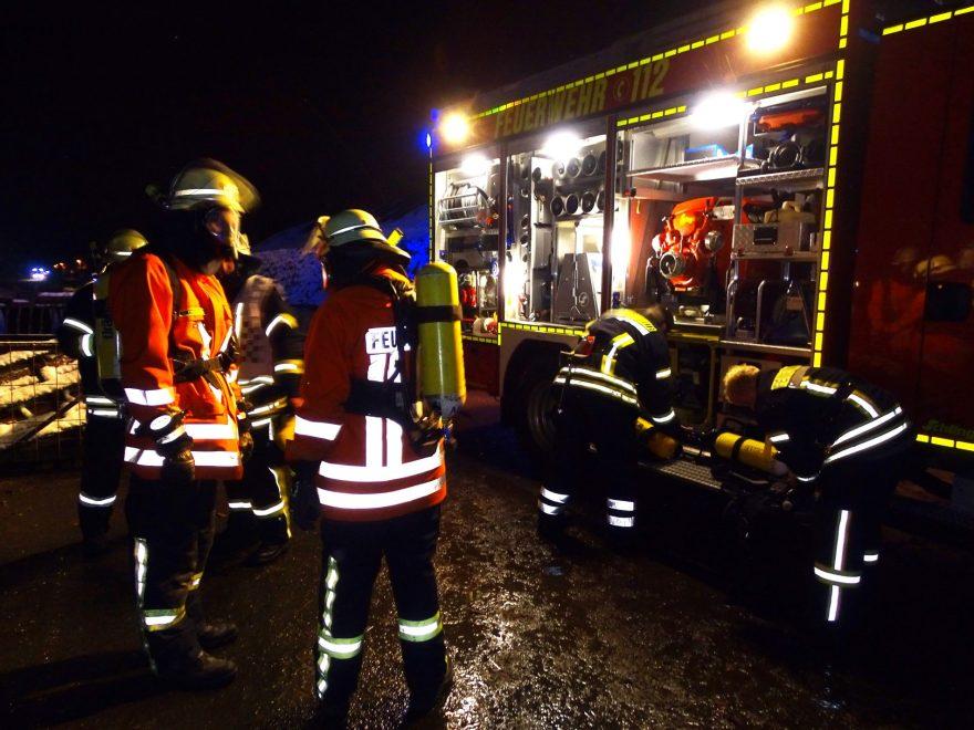 Während der Einsatzalarmübung der Freiwilligen Feuerwehr der Samtgemeinde Wathlingen musste auch eine Brandbekämpfung unter Atemschutz durch die Feuerwehreinsatzkräfte durchgeführt werden.