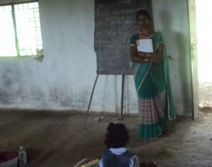 जिले के मानिकपुर ब्लाक के किहुनिया गांव में एक आंगनवाड़ी केंद्र में बच्चों को रोज़ पंजीरी और कभी दलिया तो कभी खिचड़ी मिलती है। यहां की कार्यकत्री सुनीता आठ साल से केंद्र संभाल रही हैं।