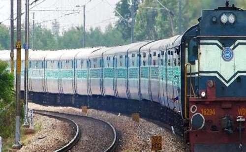 भारी बारिश से पटरियां धंसी, रेलवे ने की कई ट्रेनें रद्द