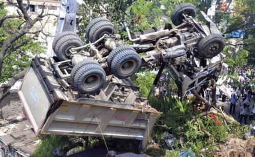 डंपर के पलटने से एक युवक की मौत,चालक हुआ फरार