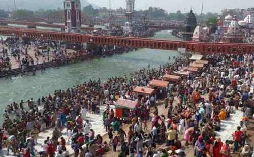 बैसाखी के पावन त्योहार पर गंगा स्नान के लिए श्रद्धालुओं की लगी भीड़