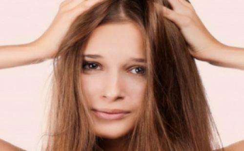 अगर आपके बालों में रूसी है तो अपनाएं ये घरेलू उपाय