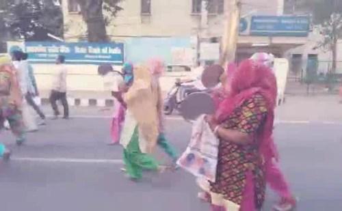 बीजेपी MLA निवास के बाहर सफाई कर्मचारियों ने थाली बजाकर किया प्रदर्शन