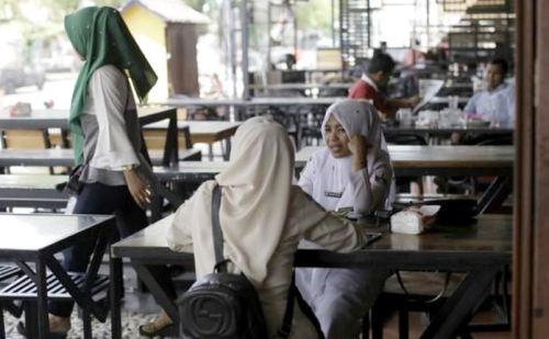 जानिए क्यों यहां एक साथ महिला और पुरुष टेबल पर खाना नहीं खा सकते