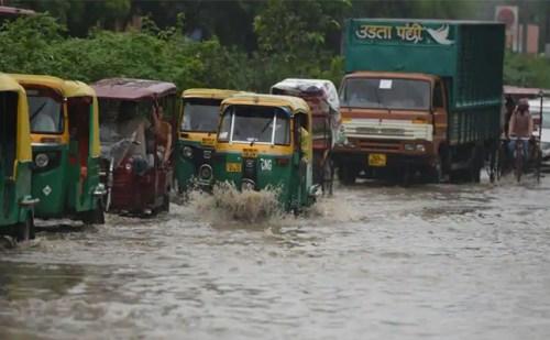 दिल्ली में आज सुबह से ही झमाझम बारिश के साथ तेज हवाएं